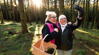 Mummut ottavat yhteisselfietä metsässä