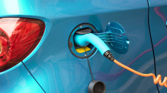 Latauksessa oleva sähköauto