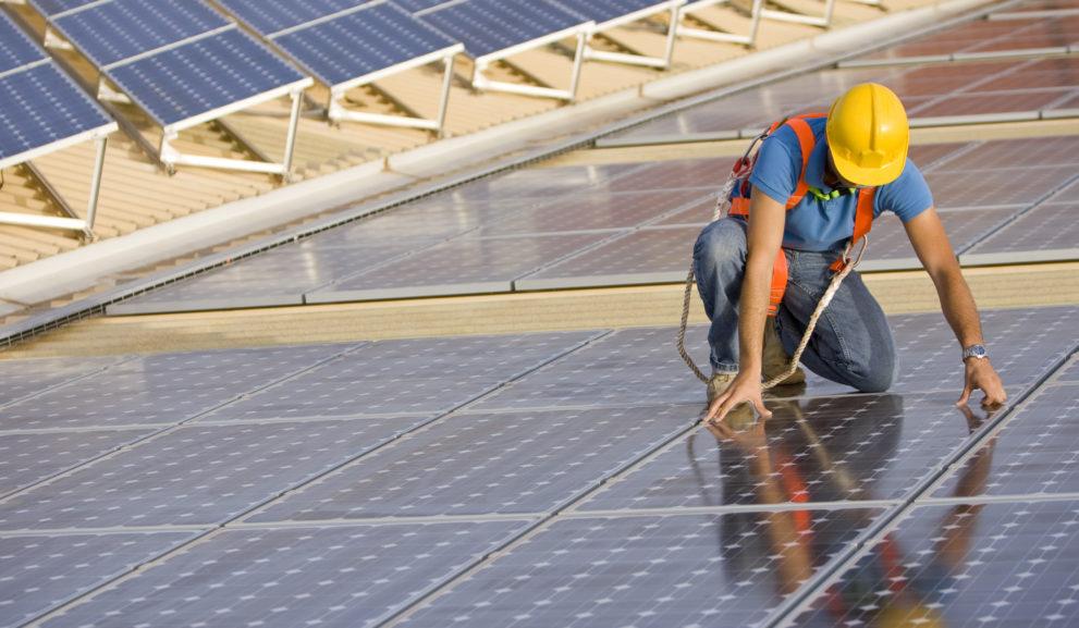 Asentaja katolla, jossa on aurinkopaneeleita