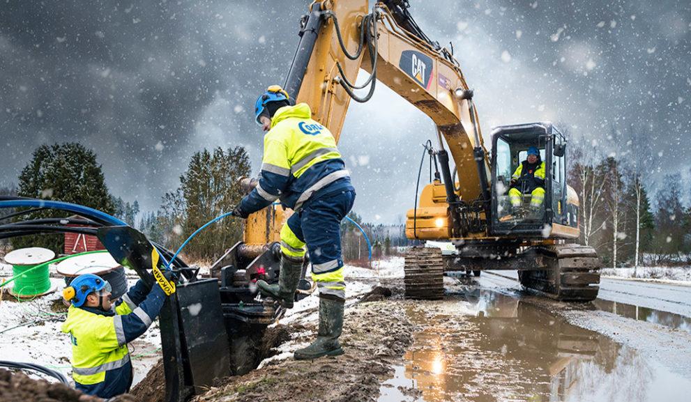 Työmaalla asentaja ja kaivuri