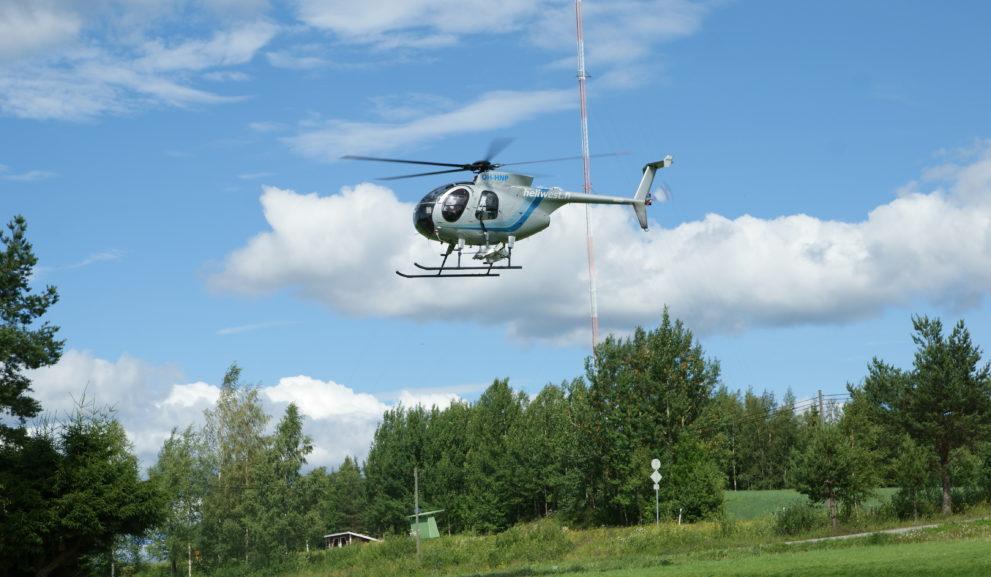 Helikopteri tarkastaa sähköverkkoa