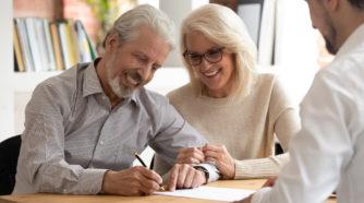 Mies ja nainen allekirjoittavat Elenia Kuitu -sopimuksen