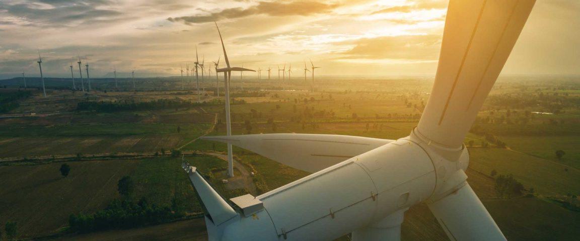 Tuulipuisto auringonlaskussa